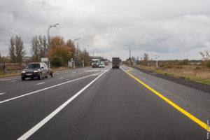 Желтая полоса на трассе вдоль обочины