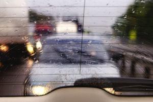 Запотевает лобовое стекло изнутри в дождь что делать